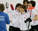 【カーリング】日本対イタリア・喜び合う日本チーム